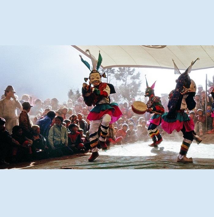 <strong>Monastero di Tengboché (Khumbu):</strong> Nella danza NGA CHAN - la danza dei tamburi, si celebra la vittoria della disciplina spirituale contro le tentazioni di vie non ortodosse.I danzatori rappresentano la lotta tra demoni e Dharmapala - i protettori della fede.