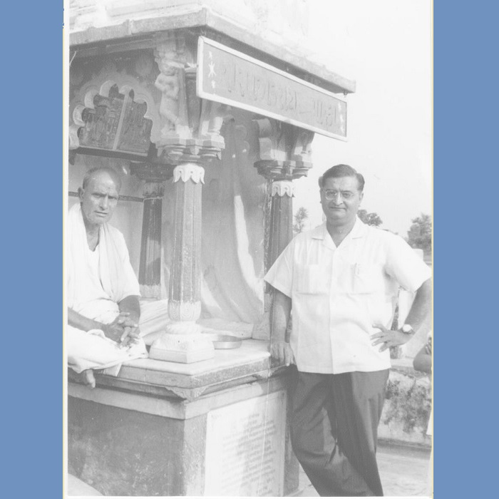 <strong>Mr. Trivedi con un sacerdote nel tempietto, Kapadwanj</strong>