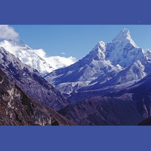 """<strong>L'Ama Dablam è una vetta di 6812 metri</strong> che si trova nella valle del Khumbu Himal, che domina la valle del Dudh Kosi (""""fiume di latte"""") che porta verso Tengboché e i campi base del Lhotse e Everest"""