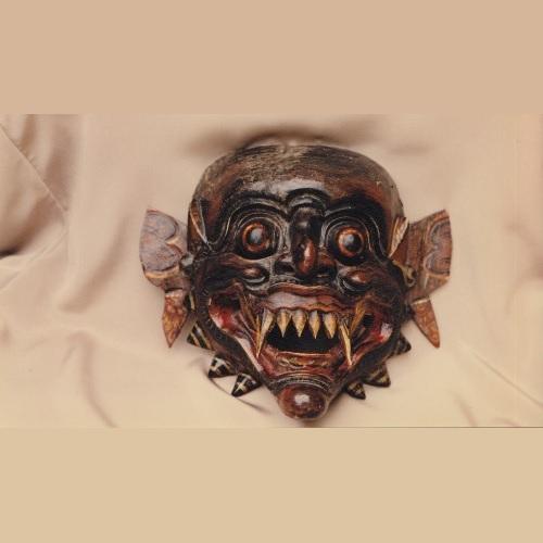 """<strong>Maschera terrificante</strong>. Le maschere terrificanti non solo sono molto apprezzate dal pubblico del teatro balinese, ma hanno sempre occupato un posto di rilevo in tutta l'Asia. <a href=""""https://www.italia-asia.it/sites/default/files/Mani-Rimdu.pdf"""" target=""""_blank"""">continua a leggere... (pdf, 95 KB)</a>"""