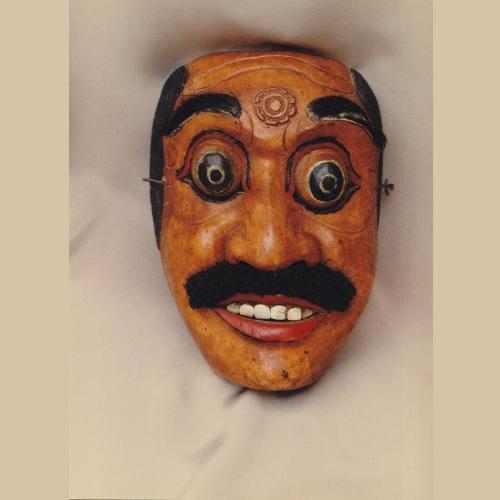 """Maschera di Patih – Primo Ministro. Di colore rosso - personaggio di carattere coraggioso, con tendenza alla collera, ambizione e vanità, è del tipo """"keras"""" (kras), grossolano. Bellissima maschera con denti di madreperla, molto brillanti."""
